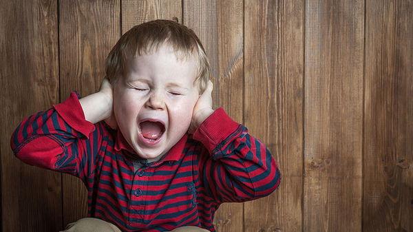 Маленький ребенок плачет без причины: что делать?