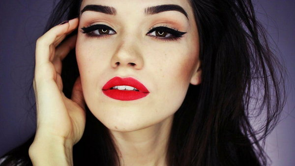 Создание классического макияжа: Красные губы + Черные стрелки