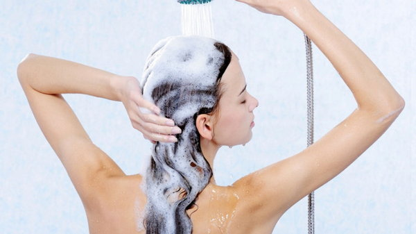 Не мыть голову? Чем опасны шампуни для волос