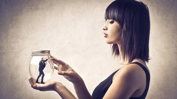 7 признаков, что партнер ломает вашу самооценку