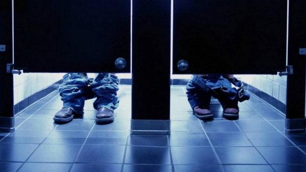 Почему двери кабинок в общественных туалетах не доходят до пола?