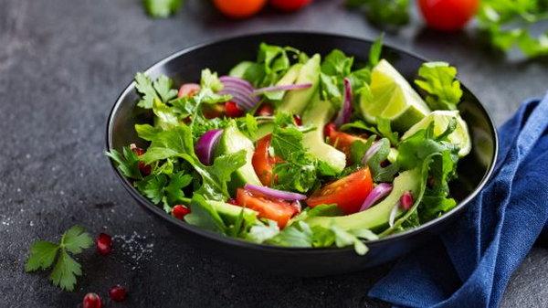 Простой салат с рукколой и авокадо