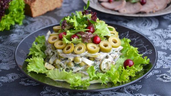 Салат с языком, орехами и огурцами