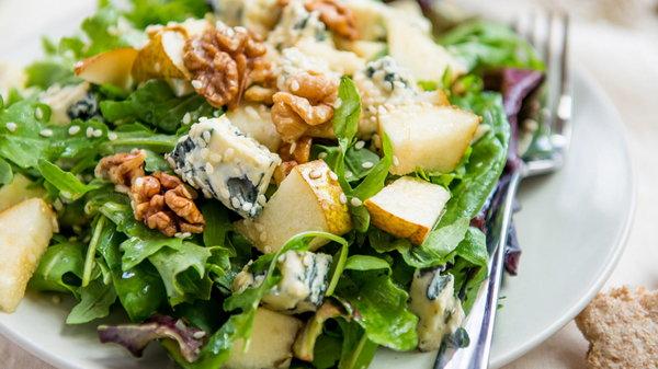 Салат из груши с голубым сыром и рукколой