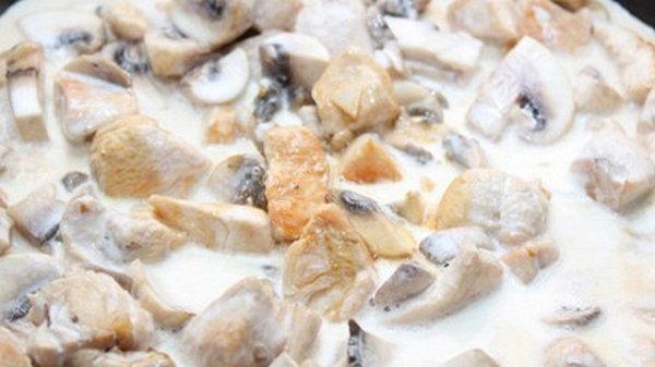 Курица с грибами и сливками в мультиварке