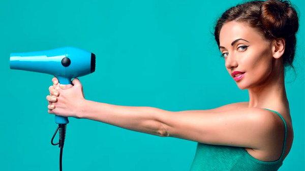 Почему не стоит заматывать мокрые волосы в полотенце и как правильно их сушить