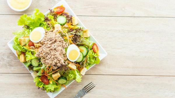 Как приготовить салат Цезарь с тунцом