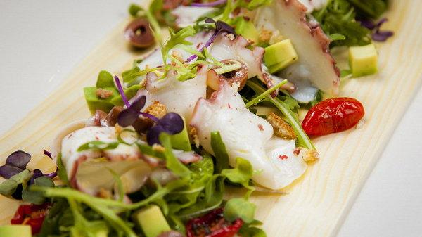 Карпаччо из осьминога с соусом песто, трюфельным маслом и оливками