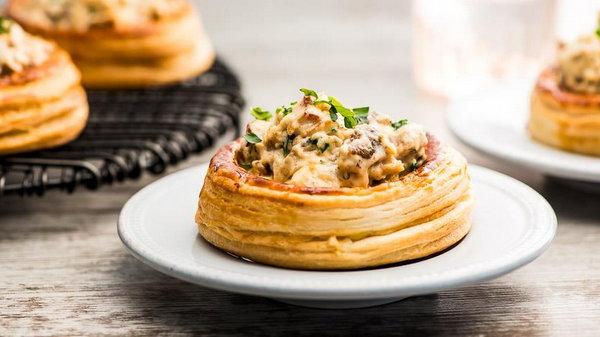 Рецепт корзинок из слоеного теста с курицей и грибами