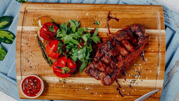 Как приготовить бифштекс из говядины с винным соусом