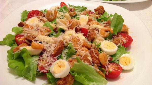 Быстрый салат с креветками, помидорами черри и перепелиными яйцами
