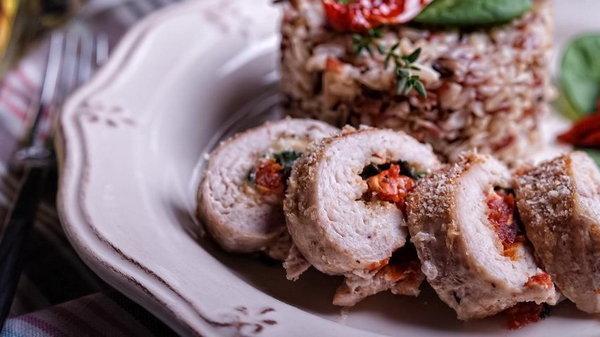 Аппетитные куриные рулеты с сыром, шпинатом и вялеными томатами