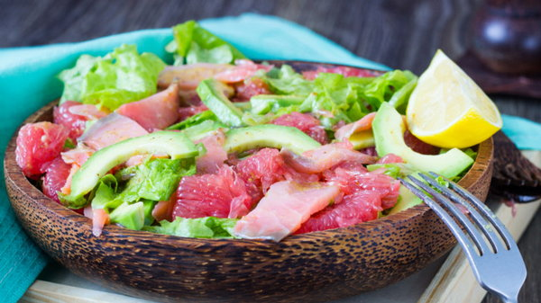 Салат для похудения из авокадо, лосося и грейпфрута