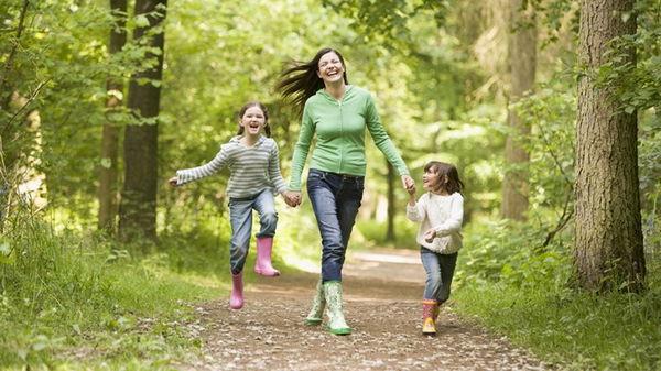 Чем заняться на прогулке с маленьким ребенком?