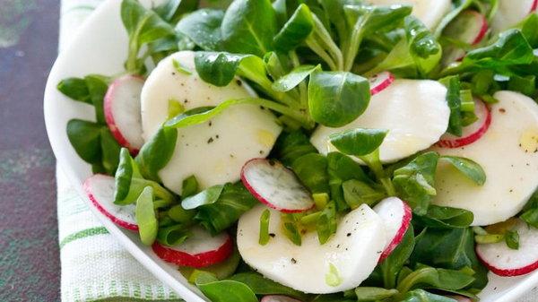 Рецепт витаминного салата с редисом, огурцами и вареным яйцом