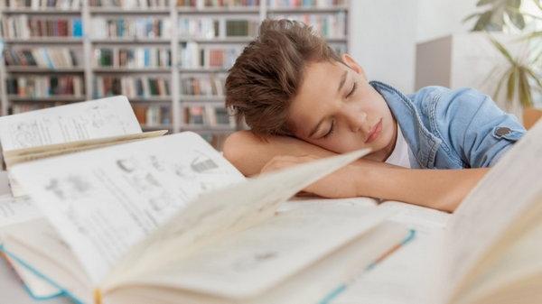 Как быстро разбудить детей: лайфхак от известного телеведущего