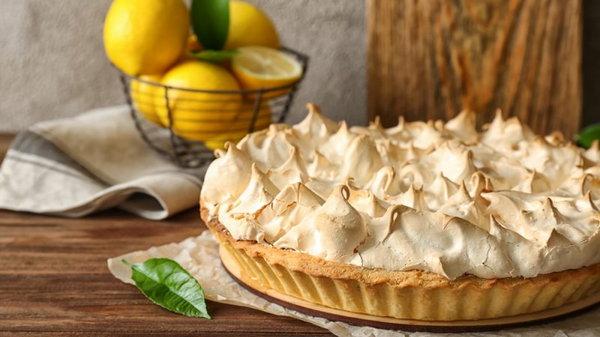 Необычный десерт: рецепт прозрачного лимонного тарта с безе