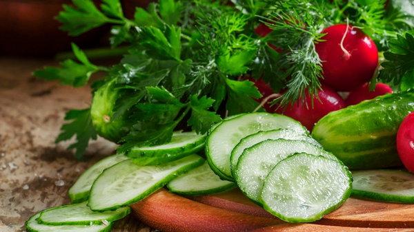Рецепт ленивого салата из летних овощей