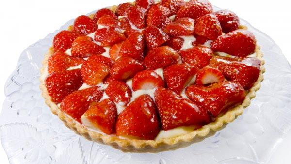Как испечь открытый пирог с заварным кремом и клубникой