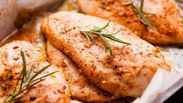 Как запечь куриное филе в духовке с помидорами и сыром