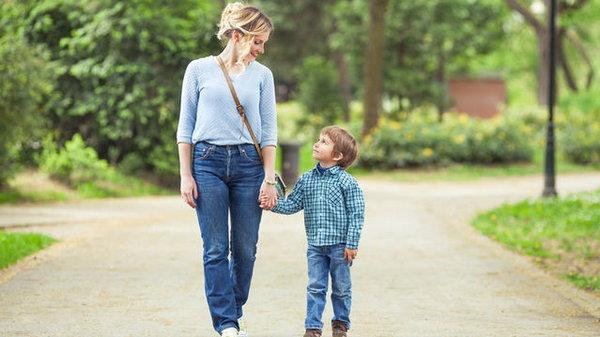 Несколько невероятных фактов о сильной связи между мамой и сыном
