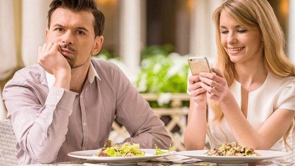 Этикет на каждый день: как заказывать еду, вести себя за столом и покидать заведение