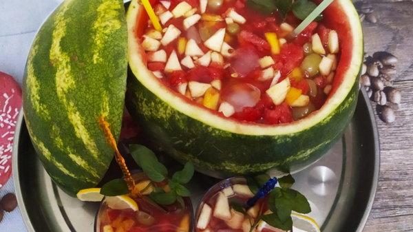 Как приготовить крюшон с летними фруктами в арбузе