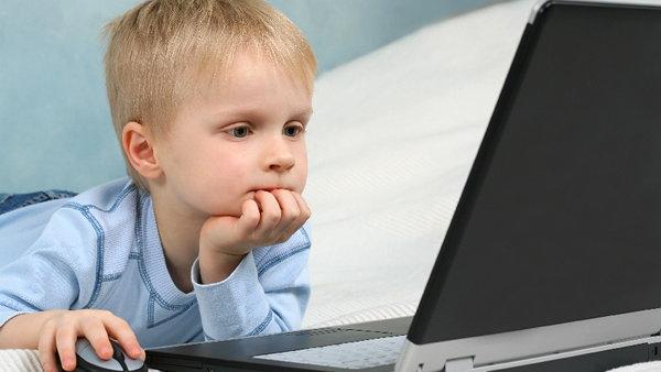 Как меняется мозг ребенка, который долгое время проводит перед экраном своих электронных девайсов