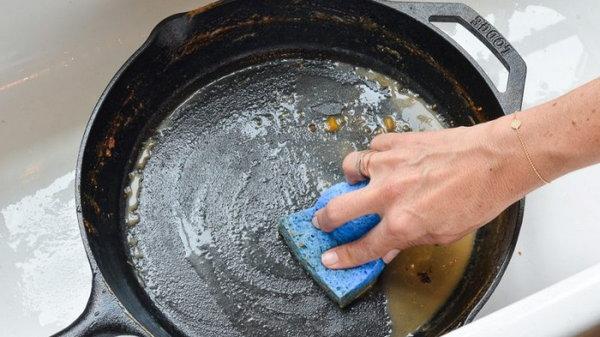 Удивительный способ! Как очистить сковороду
