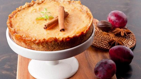 Как приготовить пирог со сливами и творогом
