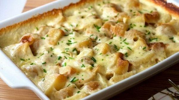 Картофельный гратен в молоке с сыром
