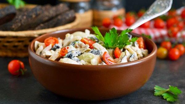 Салат из курицы, грибов и сыра