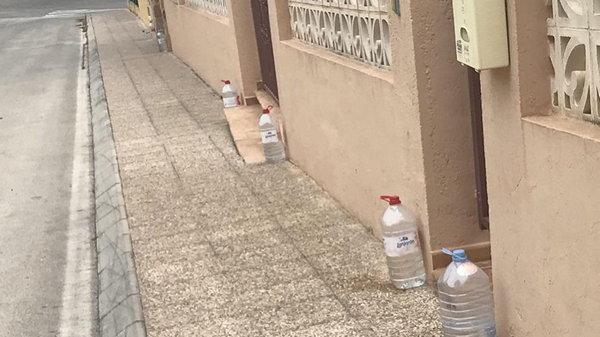 Испанцы оставляют возле своих домов бутылки с водой по забавной причине