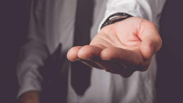Одалживать деньги родным и знакомым или нет?