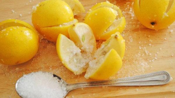 Разрежьте лимон, посыпьте солью и оставьте на ночь