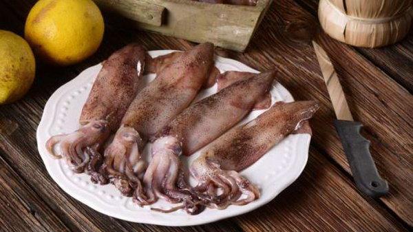Как чистить кальмары?