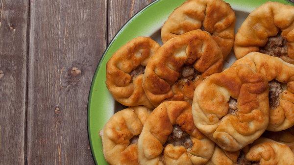 Беляши: рецепт ароматных румяных пирожков с мясом
