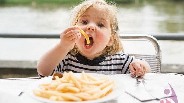 ТОП-10 продуктов, которые нельзя давать детям до трех лет