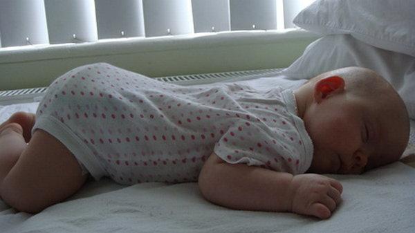 На спинке или на животике: как укладывать младенца спать?