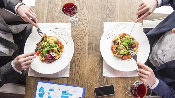 12 хитрых трюков ресторанных меню, которые стимулируют вас тратить больше