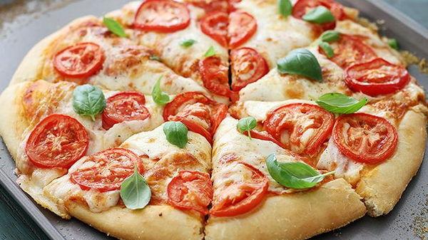Пицца с моцареллой, базиликом и руколой