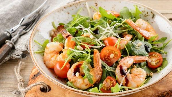 Салат из помидоров и креветок с соусом песто